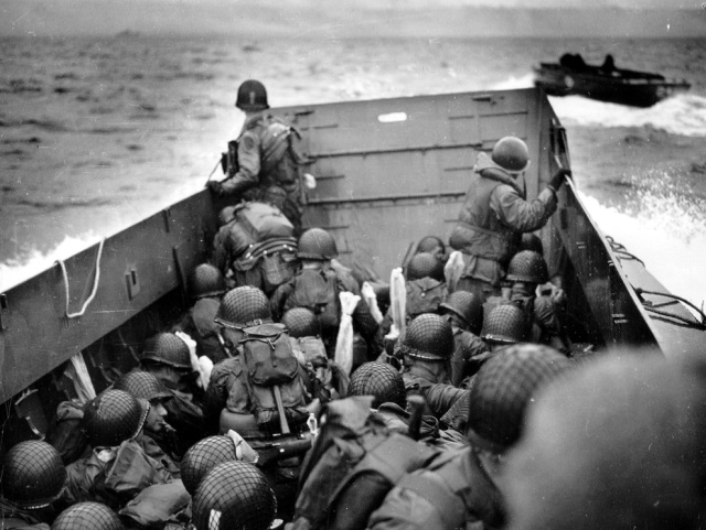 D-Day-US-Soldiers-approach-Omaha-Beach.jpg