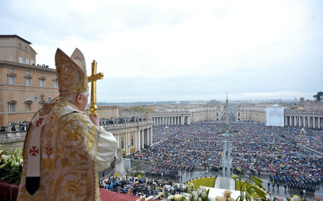 pope-benedict-overlooking-crowd-from-balcony